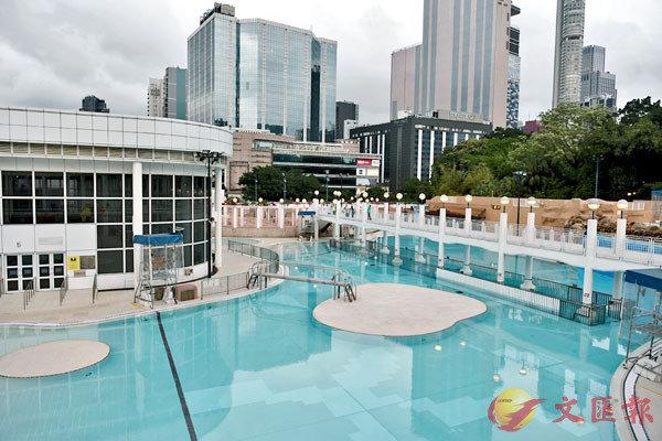 ●何�屭}表示,泳池泳灘重開,風險在於更衣室。圖為九龍公園泳池。中新社