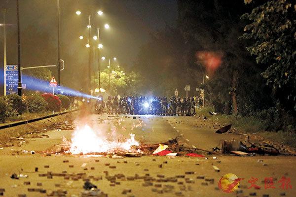 ●大批暴徒前年11月13日在大埔太和路非法集結、堵路、縱火及向警員投擲磚頭等硬物。 資料圖片
