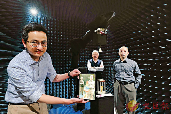 ●左起:黃衡、陳志豪、陸貴文透過屏幕展示無線通信天線測試情況。 香港文匯報記者 攝