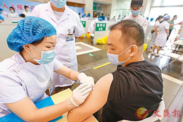 ●內地開放港澳同胞免費接種新冠疫苗。圖為市民近日在深圳市寶安區松崗街道大型接種點接種。       香港文匯報記者郭若溪 攝