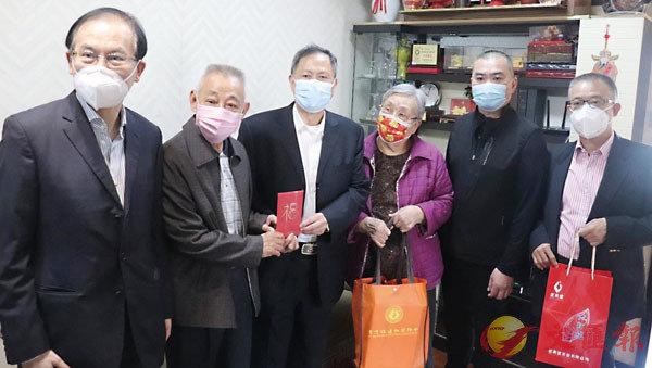 ● 春節期間,施清流(右二)與香港福建社團聯會首長們探望福建在港鄉親。