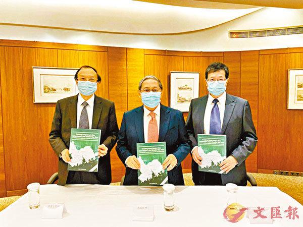 ● 馮國經(中)稱,香港應連繫大灣區與RCEP成員國,在這個經濟大局中扮演世界貿易融資中心、打造大灣區航空大都市。