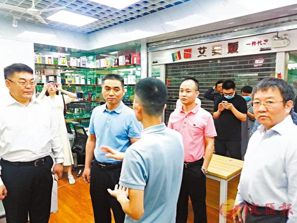 方向東(右一)與曼哈商業等領導參觀入駐商家。