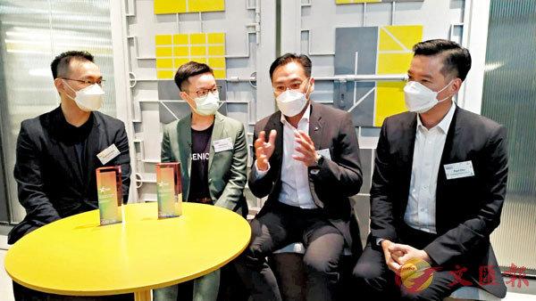 ●朱亮之(右一)表示,透過工總的網絡可助初創更有效地擴展業務。右二為香港初創企業協會主席趙子翹。香港文匯報記者殷考玲  攝