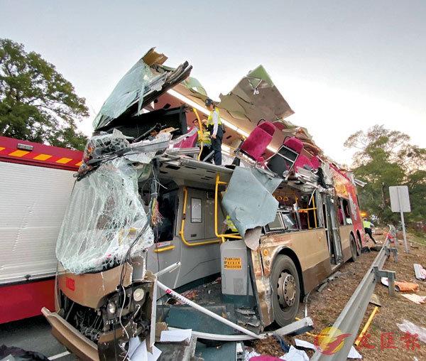 ●釀成6死38傷車禍的男車長文志光被判入獄4年及停牌5年。圖為當日失事被�荈}車頂的雙層巴士。資料圖片
