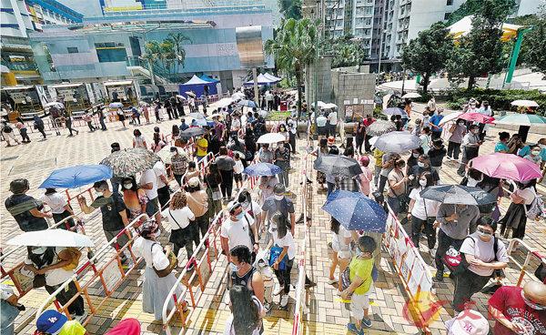 ●東涌前日首現無源頭變種病毒入侵社區個案,昨日在東涌流動採樣站前居民大排長龍等候接受檢測。 香港文匯報記者  攝