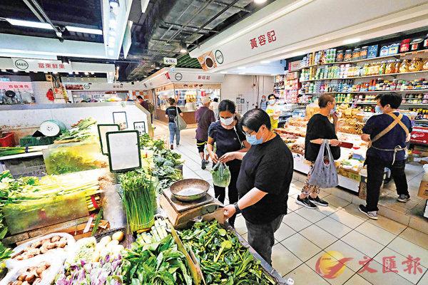 ●富東街市的人流較平日少。 香港文匯報記者  攝