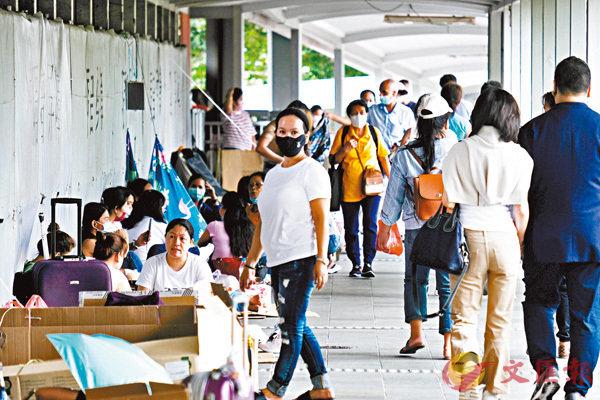 ●外傭頻頻「中招」下,政府擬要求新來港及續約外傭需要接種疫苗。圖為外傭聚會。 香港文匯報記者  攝