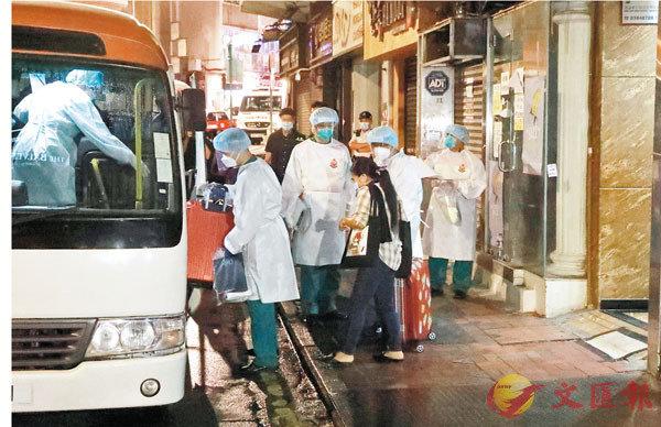 ●尖沙咀金巴利道69-71A美園大廈有少婦初確變種病毒,該廈居民昨晚深夜撤離前往隔離檢疫。香港文匯報記者 攝