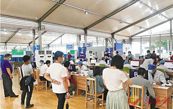 ●廣東增加接種醫生數量,加快接種速度。 香港文匯報記者敖敏輝  攝