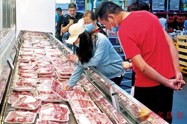 ●4月,豬肉價格下降21.4%,降幅比上月擴大3.0個百分點。圖為福州市民在超市購買豬肉。 中新社