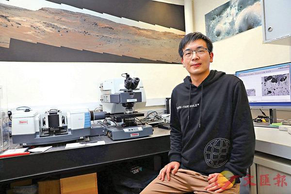 ●劉嘉成與導師透過光譜遙感分析,首次發現30多億年前火星具有還原性大氣的關鍵證據,成為昔日火星有較強溫室效應的有力支持。 香港文匯報記者 攝
