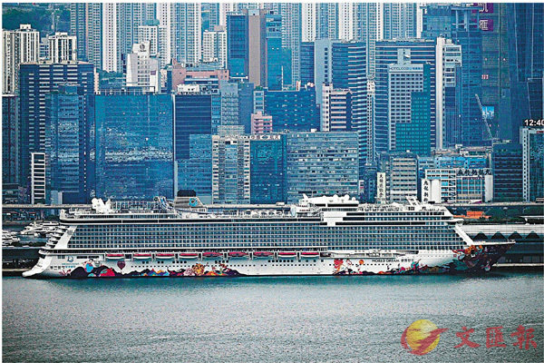 ● 「公海遊」僅會在本港水域行駛。圖為世界夢號郵輪早前在香港停泊。 資料圖片