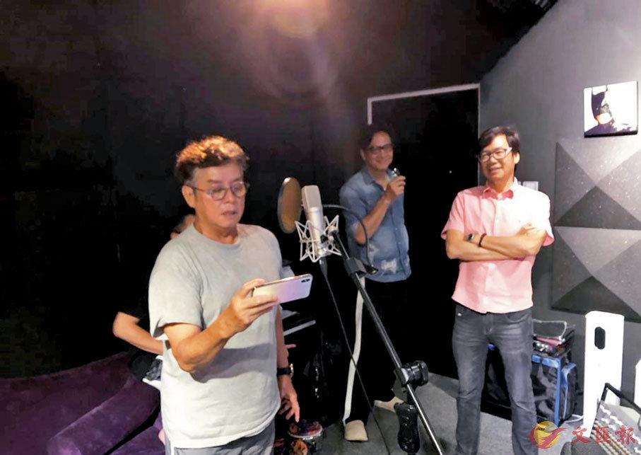●譚詠麟、陳友與彭健新入錄音室練歌。