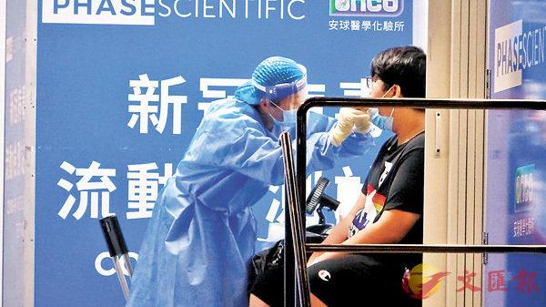 ●工作人員為天盛苑盛譽閣居民採樣。   香港文匯報記者 攝