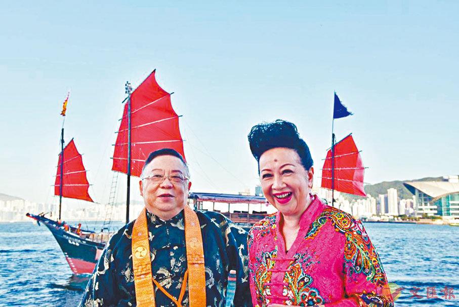 ● 李居明跟薛家燕參與拍攝《大運同行》。