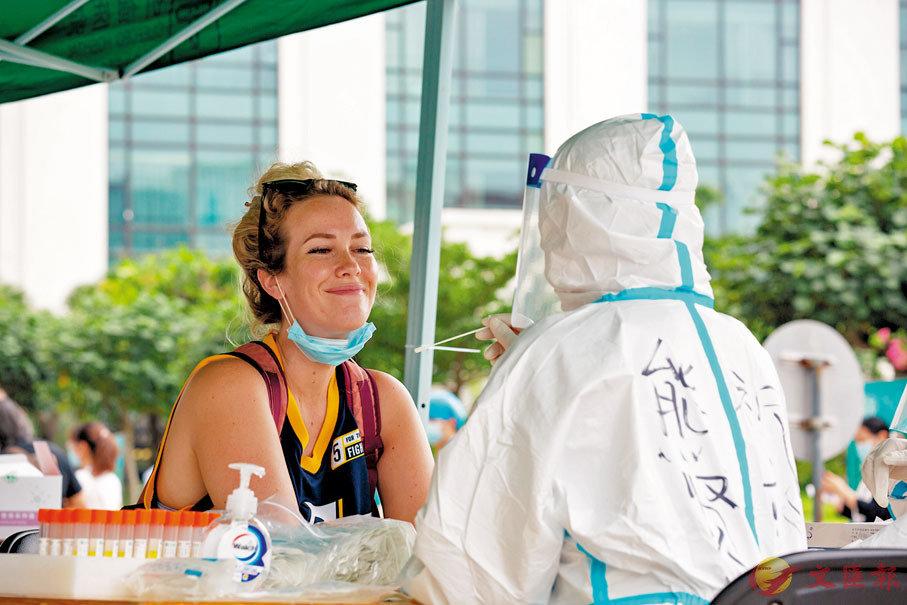 ● 居住在祈福新村的外籍人士也參加核酸檢測。 受訪者供圖
