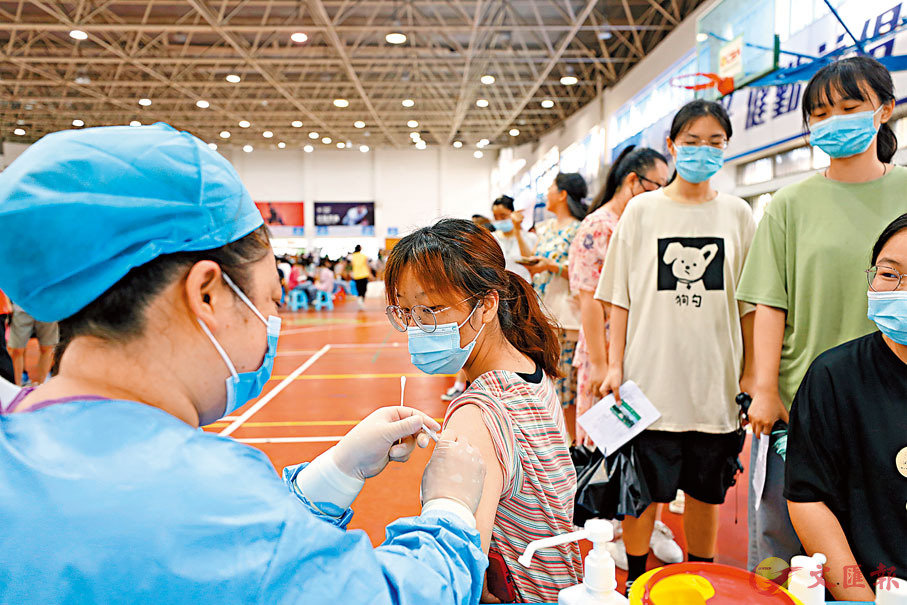 ● 全球多地報告顯示,接種新冠疫苗有效對抗變種病毒。圖為安徽某大學師生在校園內接種疫苗。 中通社
