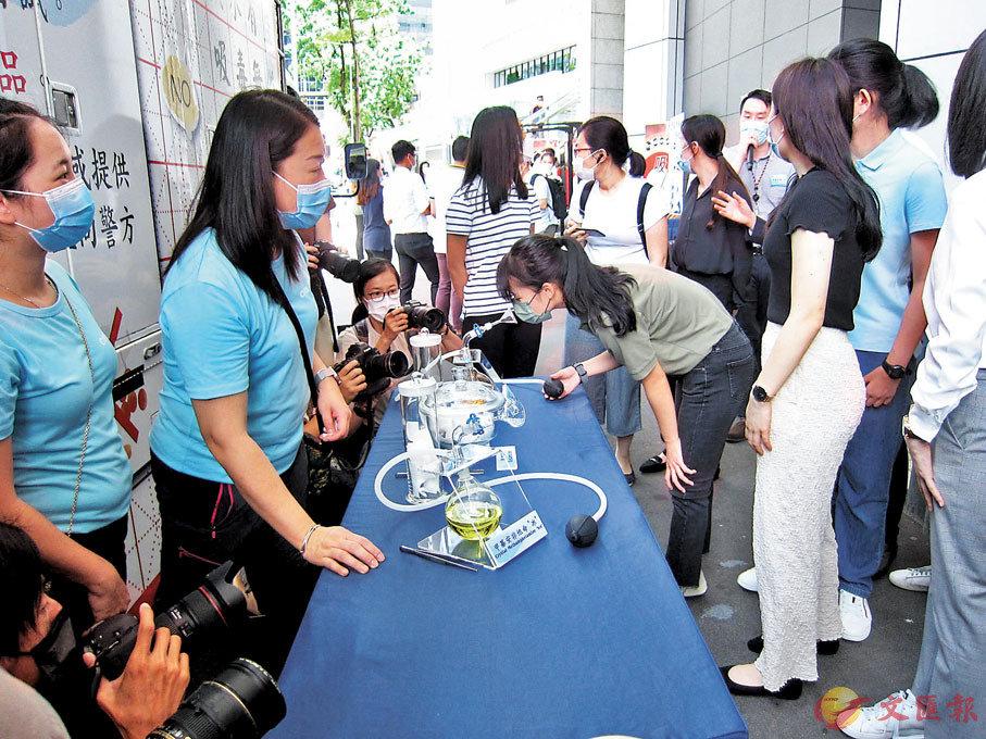 ●禁毒推廣車讓市民「試聞」仿真毒品氣味。有人試聞可卡因覺得像「廁所臭味」。香港文匯報記者 攝