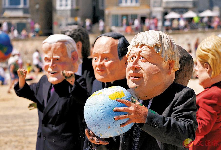 ● 示威者打扮成G7領袖。 美聯社