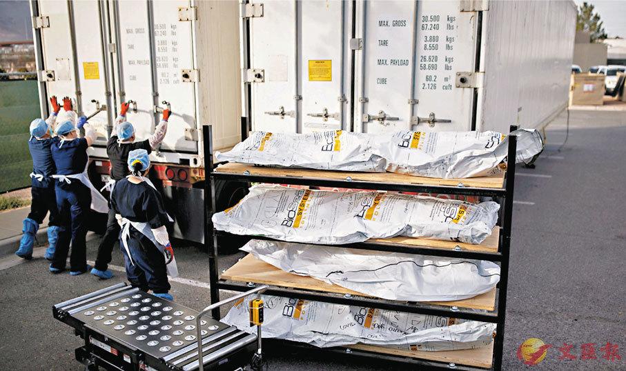 ●得州去年有貨櫃車需改裝為停屍間,以收集大量屍體。 路透社